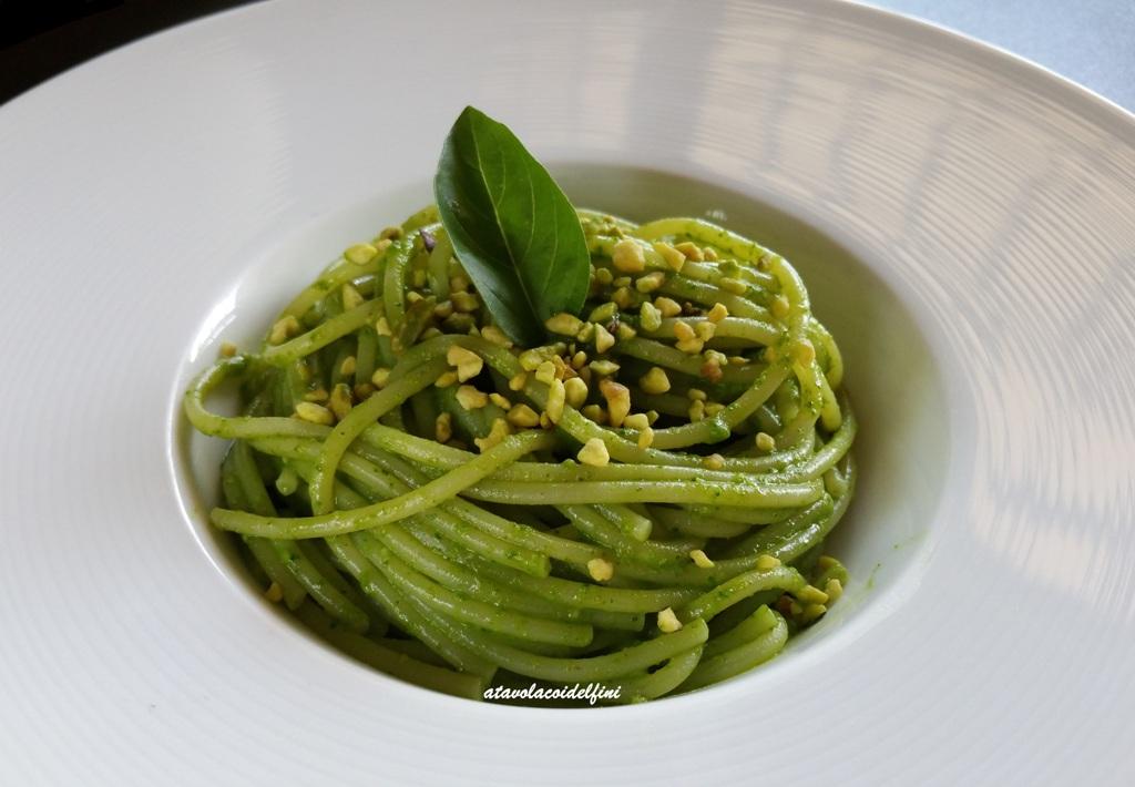 Spaghetti alla crema di basilico e pistacchi