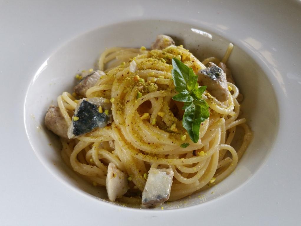 Spaghetti alla crema di cipolle bianche, sgombro e pistacchi