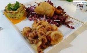 Sformato di zucchine e gamberi, baccalà, moscardini fritti su purea di fave