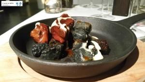 Gnocchi al carbone, spuntature glassate, cipollotto e yuzu