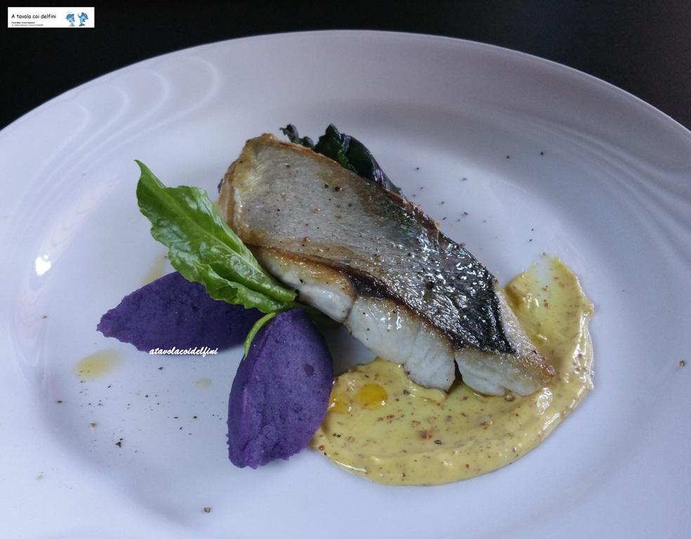 Filetto di pesce serra arrosto con bietole all'aglio, patate viola e senape di Digione