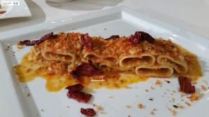 Paccheri al ragout di baccalà con peperoni cruschi e pane croccante