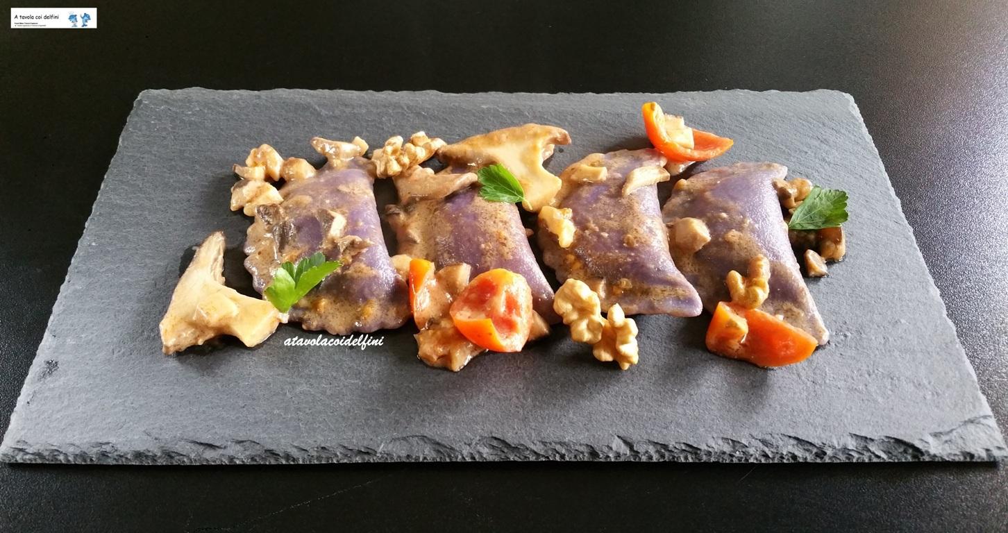 Mezzelune di patate viola al pecorino fresco con funghi cardoncelli, pomodori regina e noci