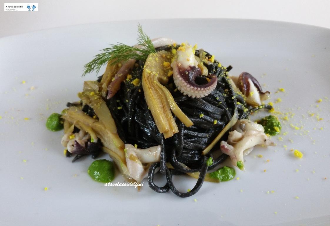 Tagliolini al nero di seppia con carciofi, seppie, pesto di cime di rapa e briciole di frisa