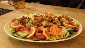 Insalata di verdure, frutta e pollo