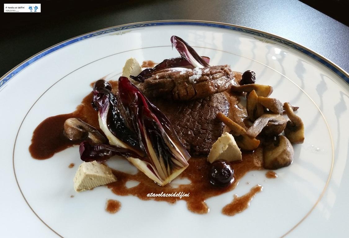 Filetto di manzo agli champignon e foie gras di anatra su riduzione al primitivo e amarene