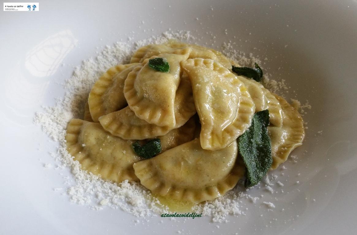 Mezzelune ricotta e spinaci al burro, salvia e parmigiano