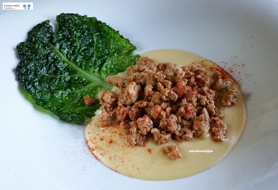 Salsiccia pezzente e polvere di peperone crusco su crema di cicerchie e verza fritta