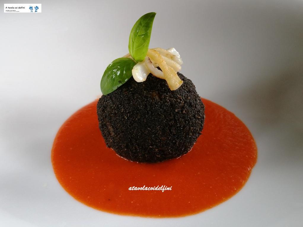 Arancino al nero di seppia su pomodori datterino emulsionati