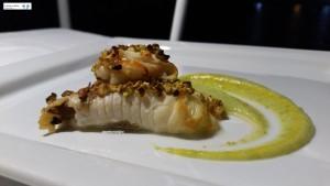 Pesce spada e gamberone ai pistacchi su crema di zucchine