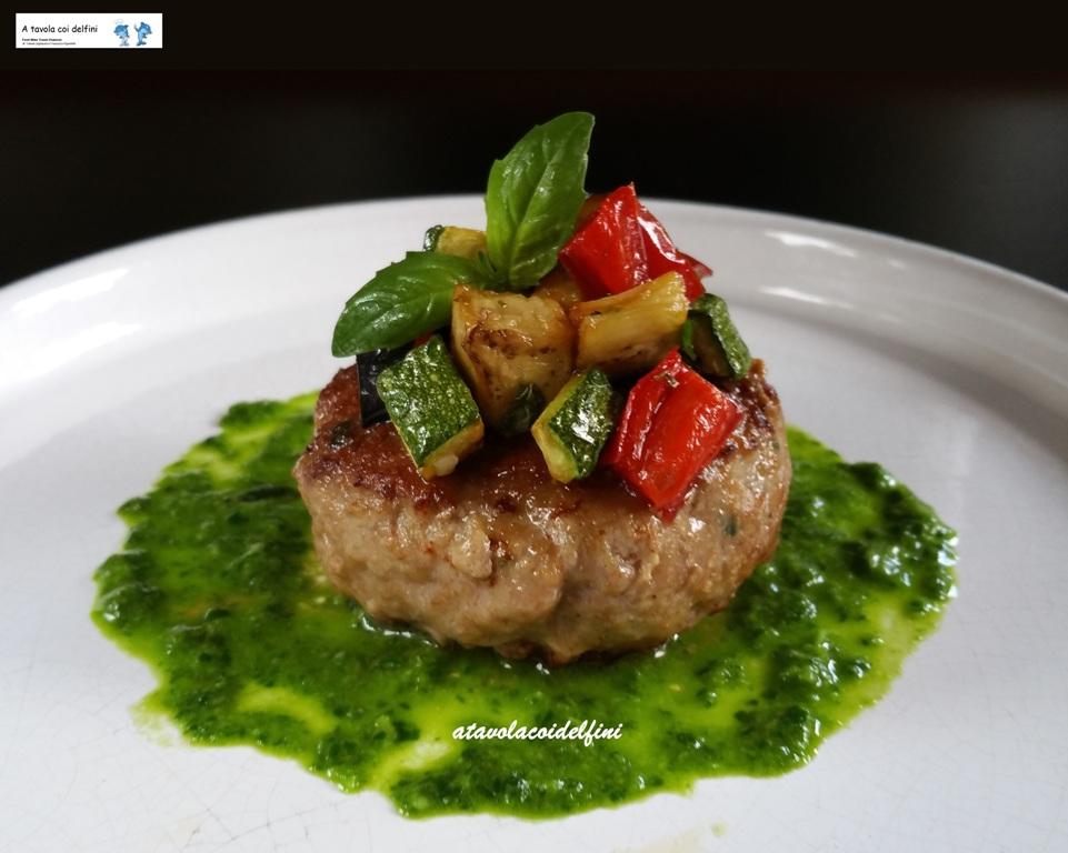 Hamburger di capocollo di maiale con verdure croccanti su pesto di basilico