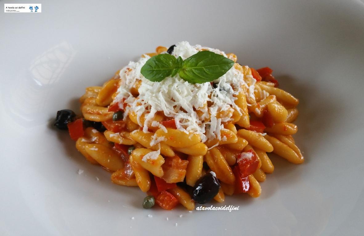 Cavatelli ai peperoni rossi, olive celline, capperi e cacioricotta