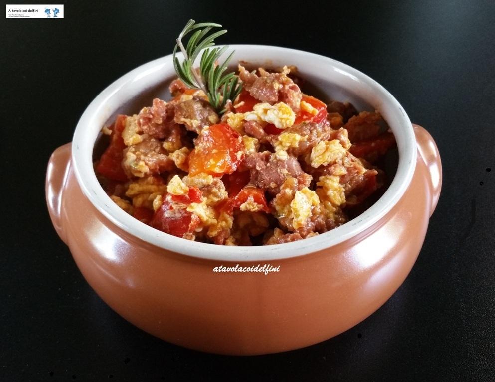 Salame grasso, peperoni rossi e uova