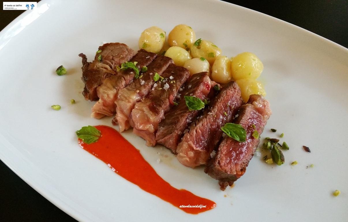 Tagliata di scottona con patate rosse, crema di peperoni corna di capra, pistacchi e fior di sale