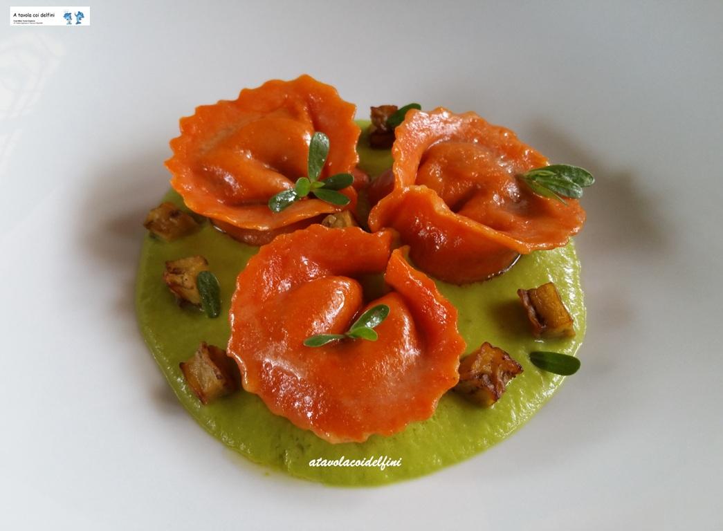 Tortelli ai peperoni rossi ripieni di melanzane su crema di peperoni verdi e portulaca