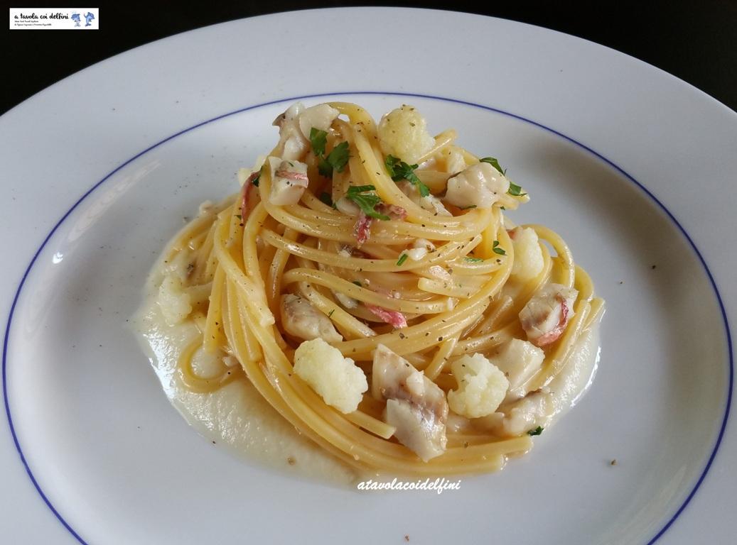 Spaghetto quadrato con le triglie su crema di cavolfiore