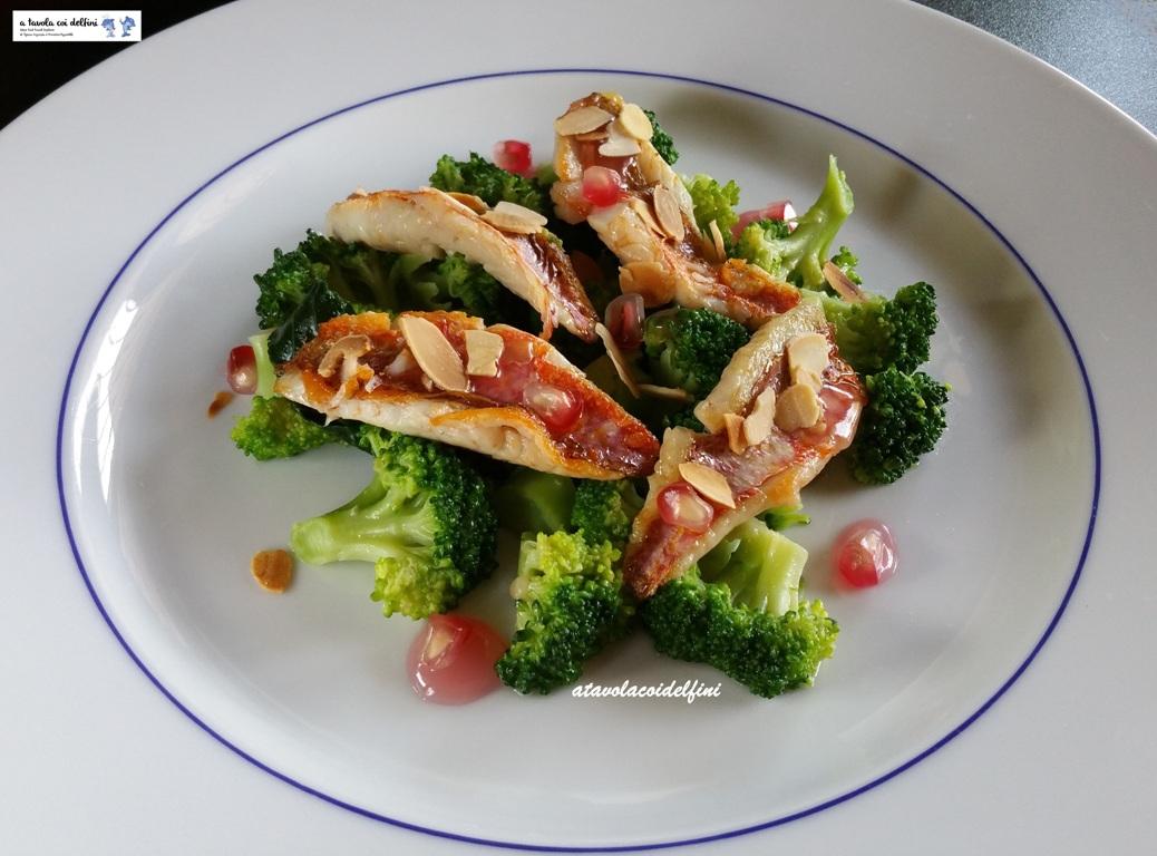 Triglie scottate con mandorle tostate, broccoli e coulis di melagrana