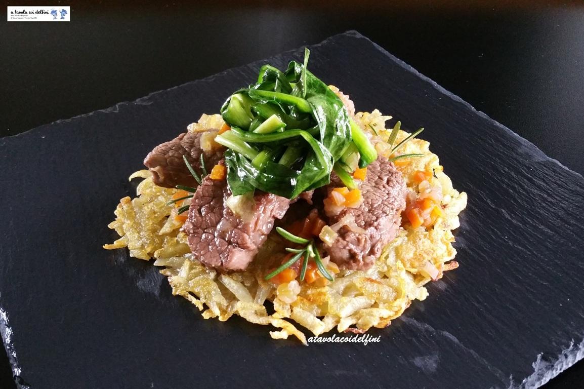 Spezzatino di manzo alla brunoise di verdure su rosti di patate e catalogna all'aglio