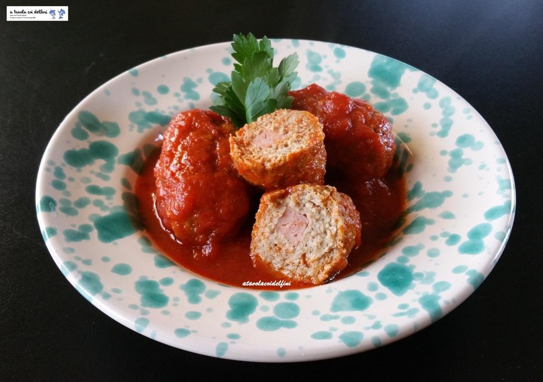 Polpettoncini di carne e pecorino ripieni di mortadella al sugo di pomodori datterino