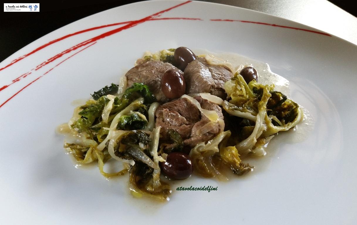 Pacchetti di carne di vitello alle scarole ricce e olive leccine
