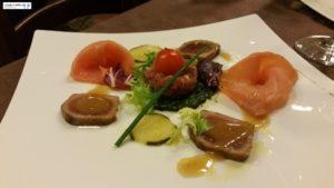 Tartare di tonno su pesto di pistacchi, salmone affumicato e tonno marinato