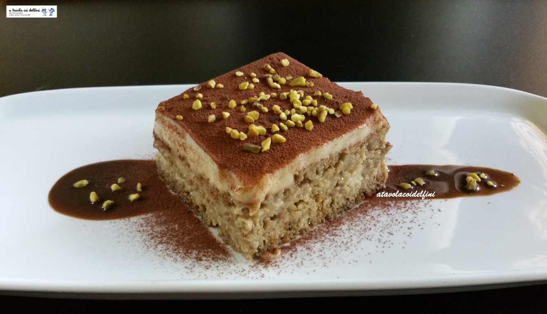 Dolce di pane alla crema pasticcera agrumata su cioccolato fondente e pistacchi