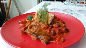 Ombrina con pomodori, peperoni e olive