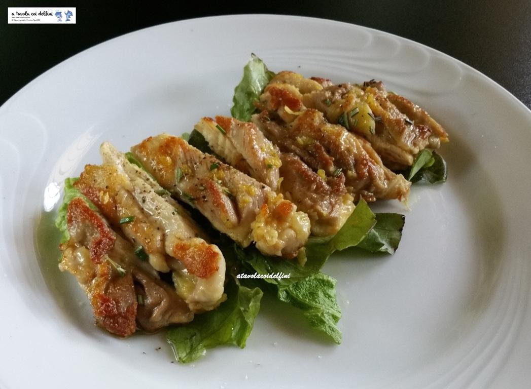 Tagliata di pollo ruspante al limone e rosmarino su insalata canasta all'olio agliato