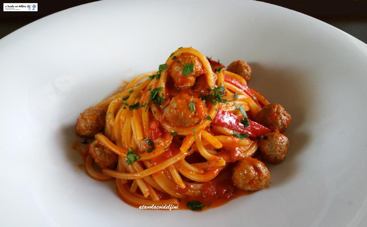 Spaghetti ai peperoni rossi con polpettine di carne e cipolla rossa