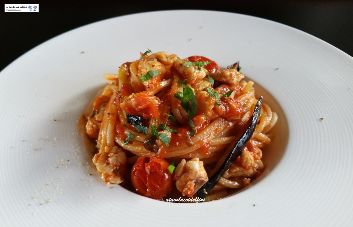 Spaghetti al sugo di luccio di mare, pomodori regina e melanzane fritte