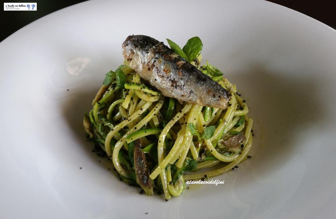 Spaghetti quadrati alle sardine sott'olio, pesto di zucchine e granella al nero di seppia