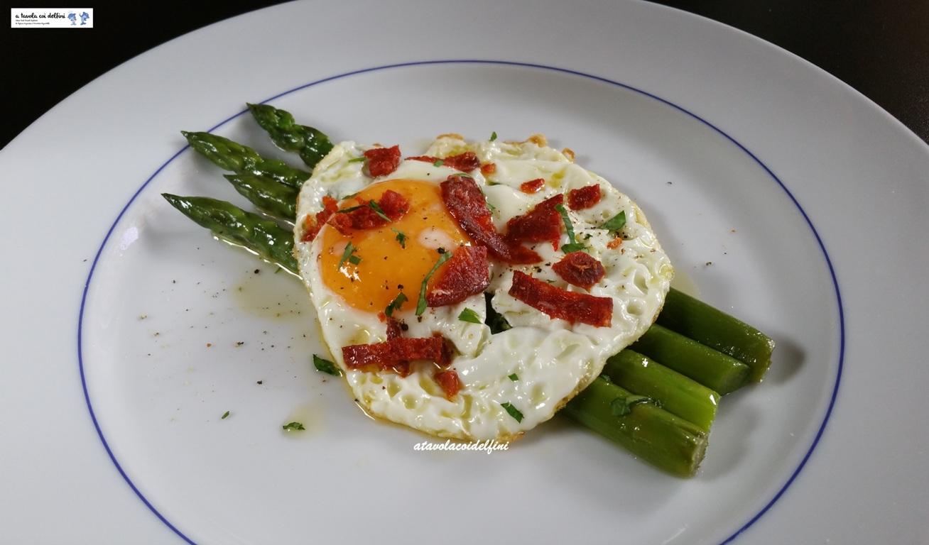 Uovo fritto con ventricina su asparagi al burro