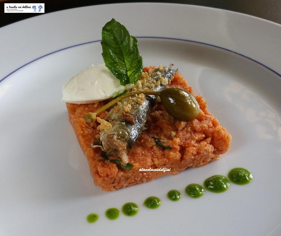 Sardina sott'olio su pappa al pomodoro, robiola, briciole di frisa, basilico fritto e fiore di cappero
