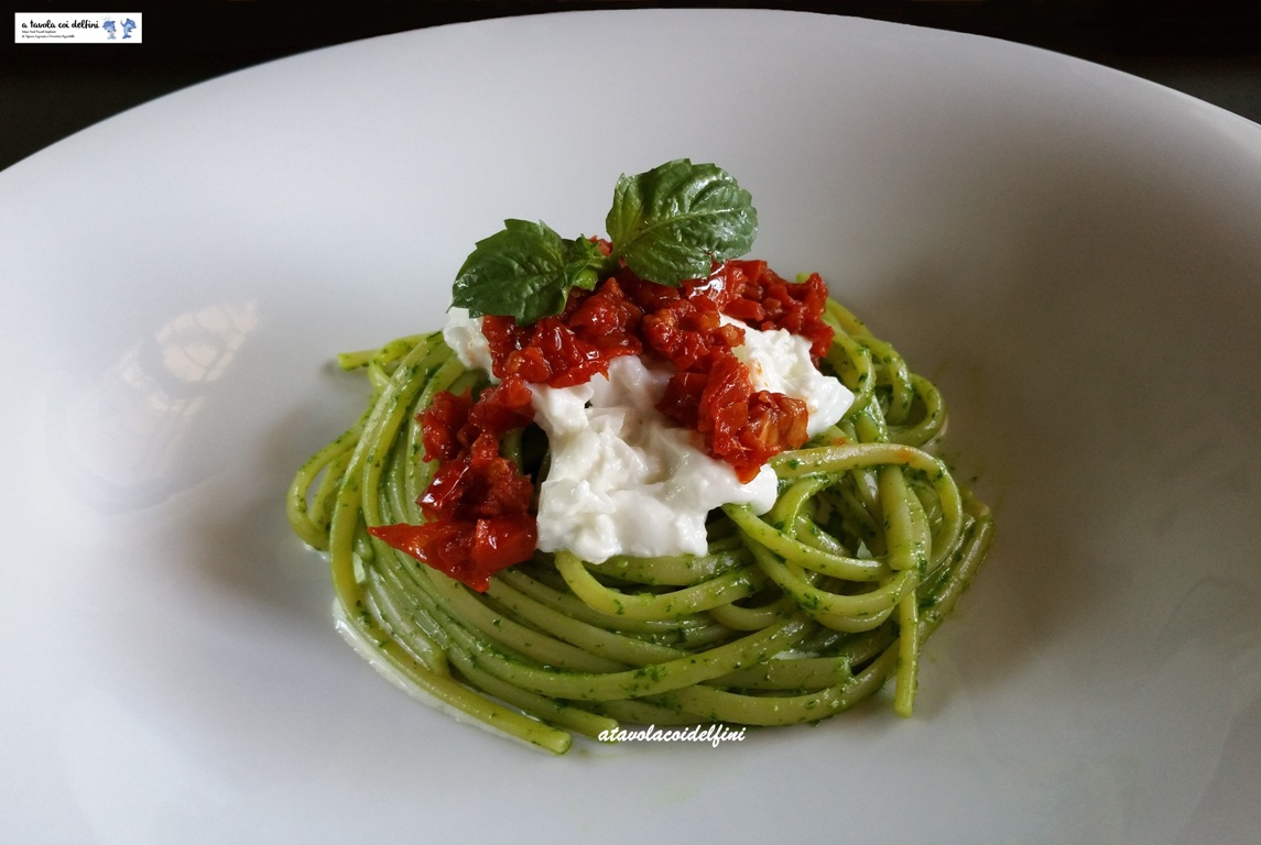 Linguine al pesto di basilico con pomodori secchi e stracciatella