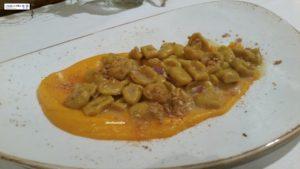 Gnocchetti alla curcuma con pancetta e amaretti su crema di zucca
