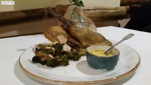 : faraona al forno con broccoli ai pinoli e uvetta