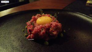 tartare di manzo con tuorlo d'uovo, affumicato con legno di faggio