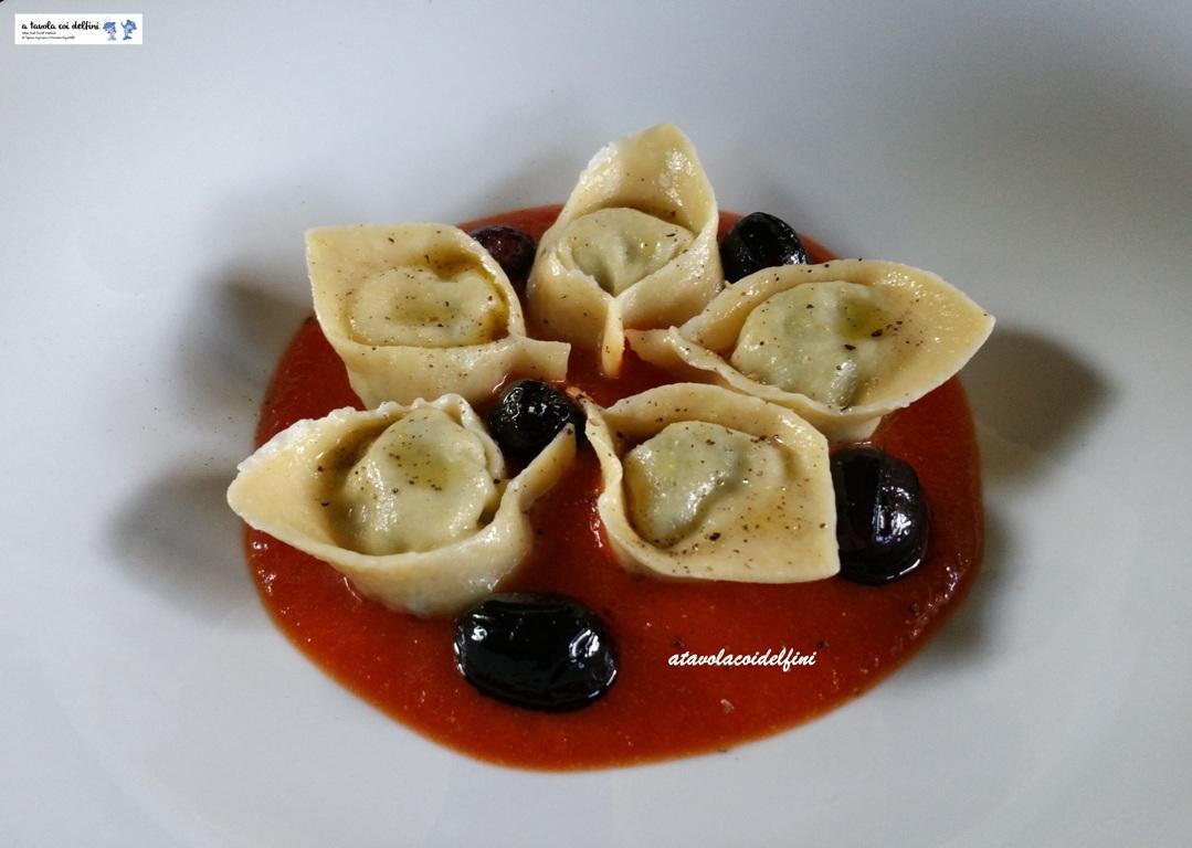Cappellacci alle cicorie e pecorino su vellutata di pomodori d'inverno e olive nolche fritte