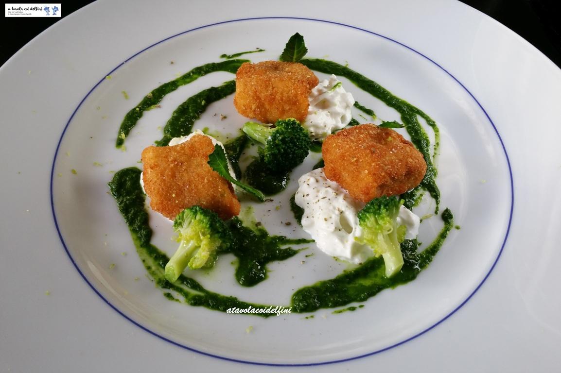 Cubotti di pollo ruspante fritto e stracciatella al limone su crema di broccoli