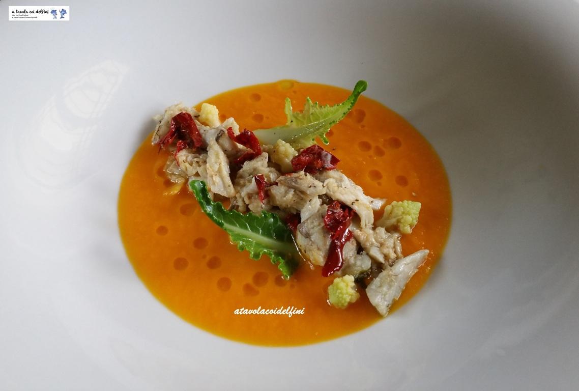 Guancette di ricciola, peperone crusco e cavolo romano su crema di zucca
