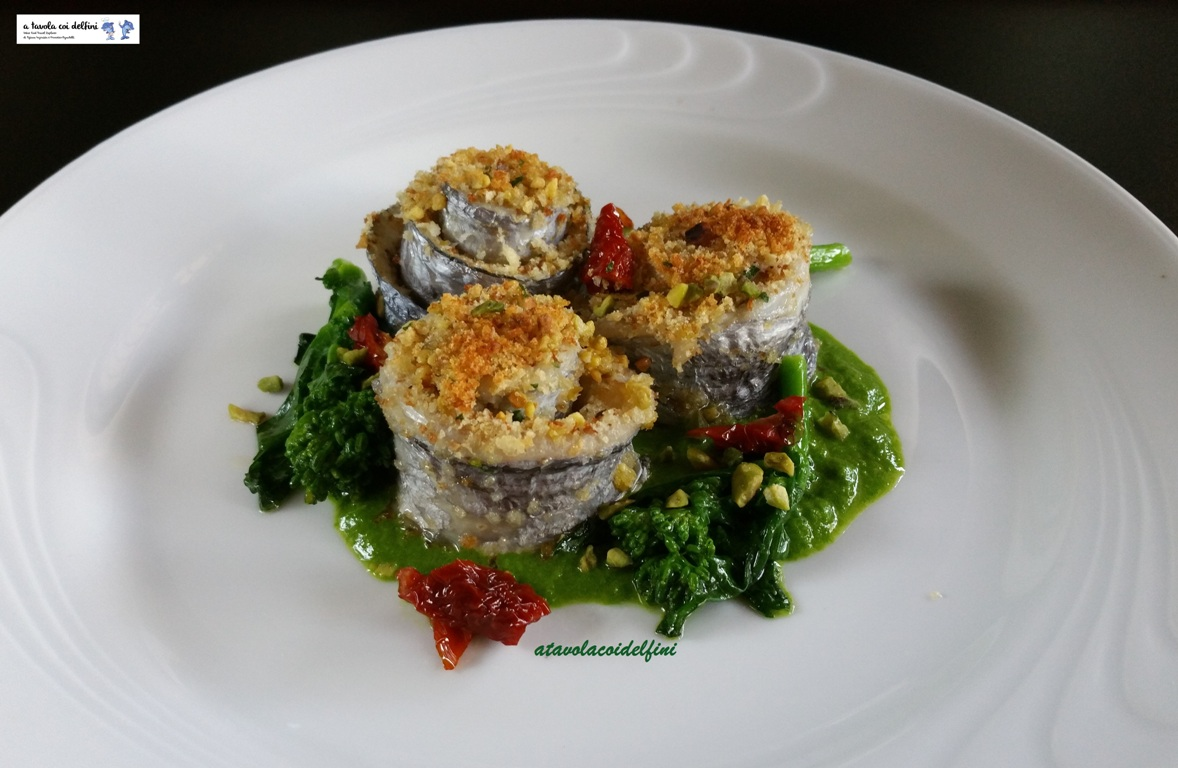 Involtini di pesce sciabola ripieni di caciocavallo ragusano su crema di cime di rape, pomodori secchi e pistacchi
