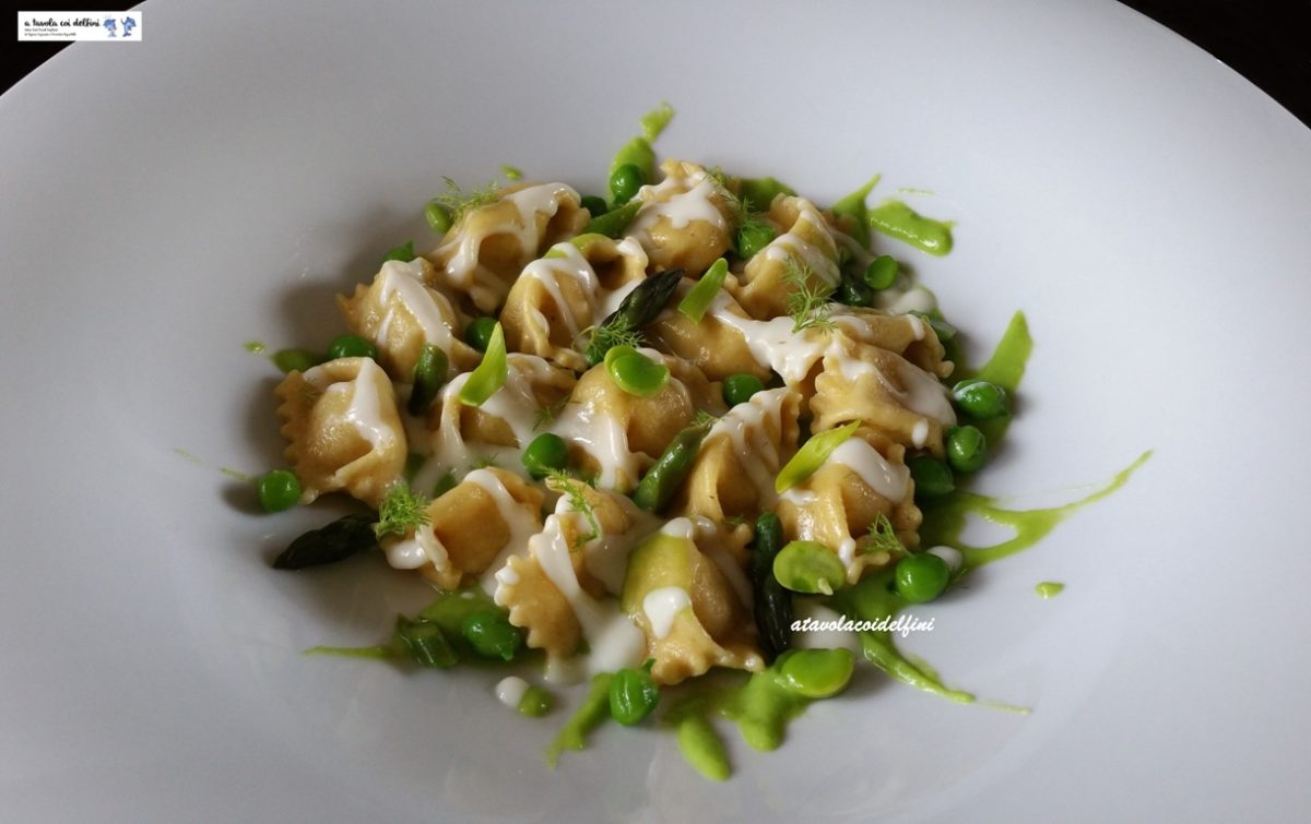 Plin al fondente di cipollotti con piselli, fave, asparagi e pecorino