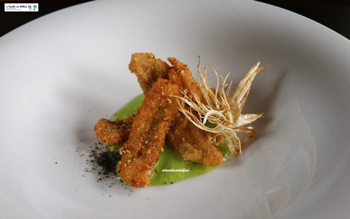 Pesce sciabola in panatura aromatica su salsa di cipollotti e granella al nero di seppia