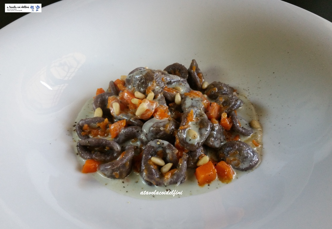 Orecchiette alla farina di riso Venere con zucca e pinoli su fonduta al gorgonzola