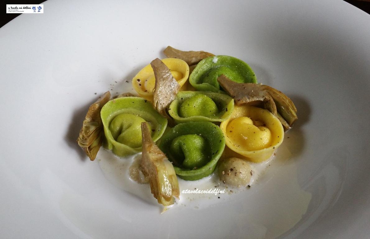 Tortelli alle foglie di cavolfiore verde ripieni di crescenza, crema di carciofi, carciofi brasati su latte al parmigiano