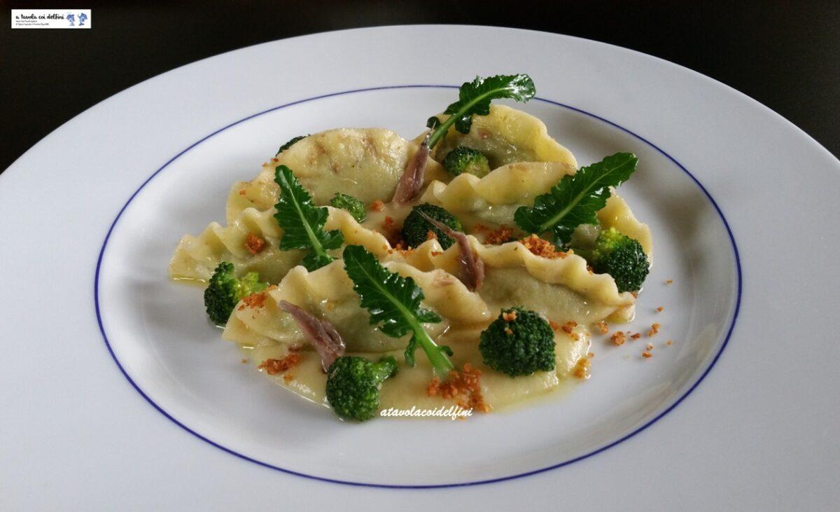 Creste di gallo ai broccoli e acciughe all'aglio su crema di fave secche e pane aromatico croccante