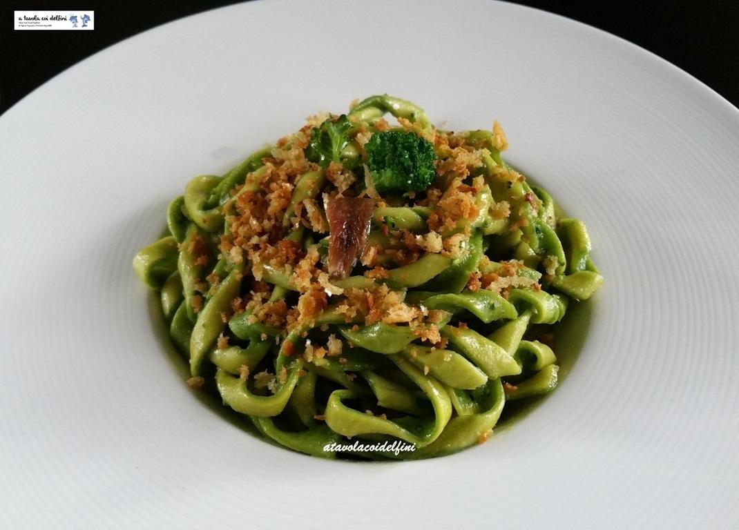 Fusilli double face ai broccoli, acciughe e pane aromatico croccante