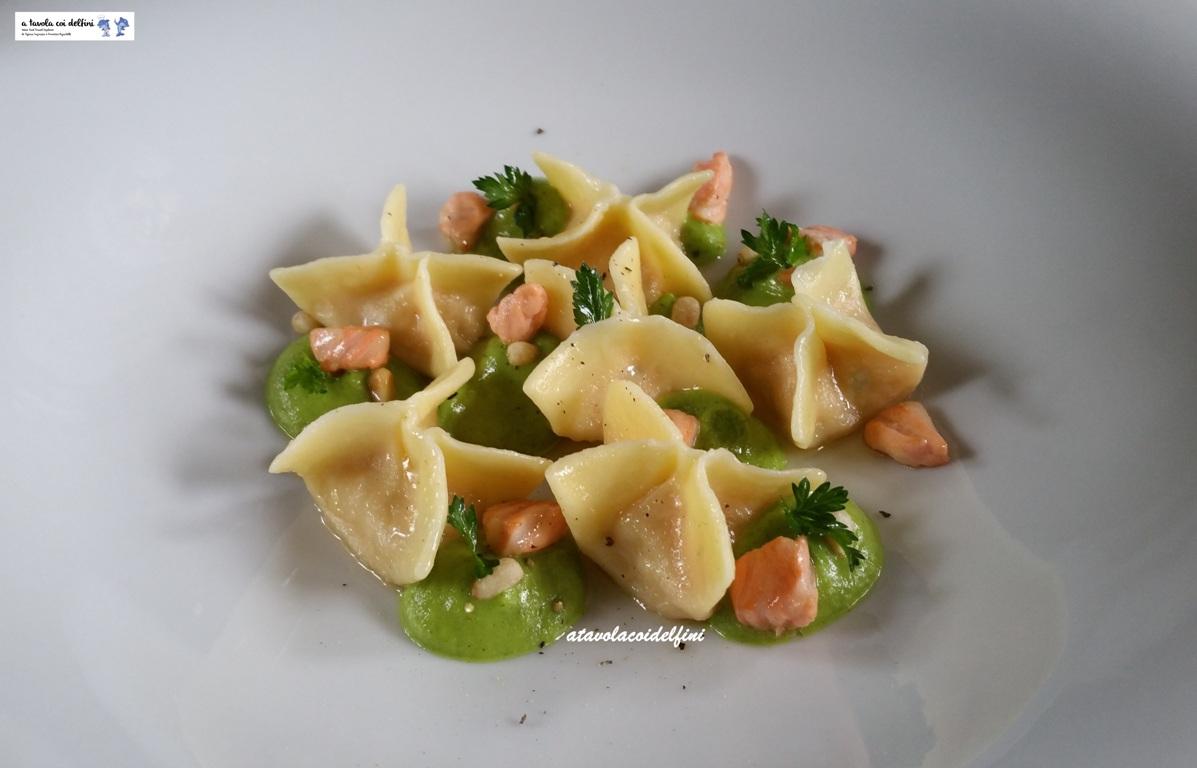 Fagottini ripieni di salmone fresco alle erbe aromatiche, mousse di patate rosse su salsa di zucchine, salmone scottato e pinoli