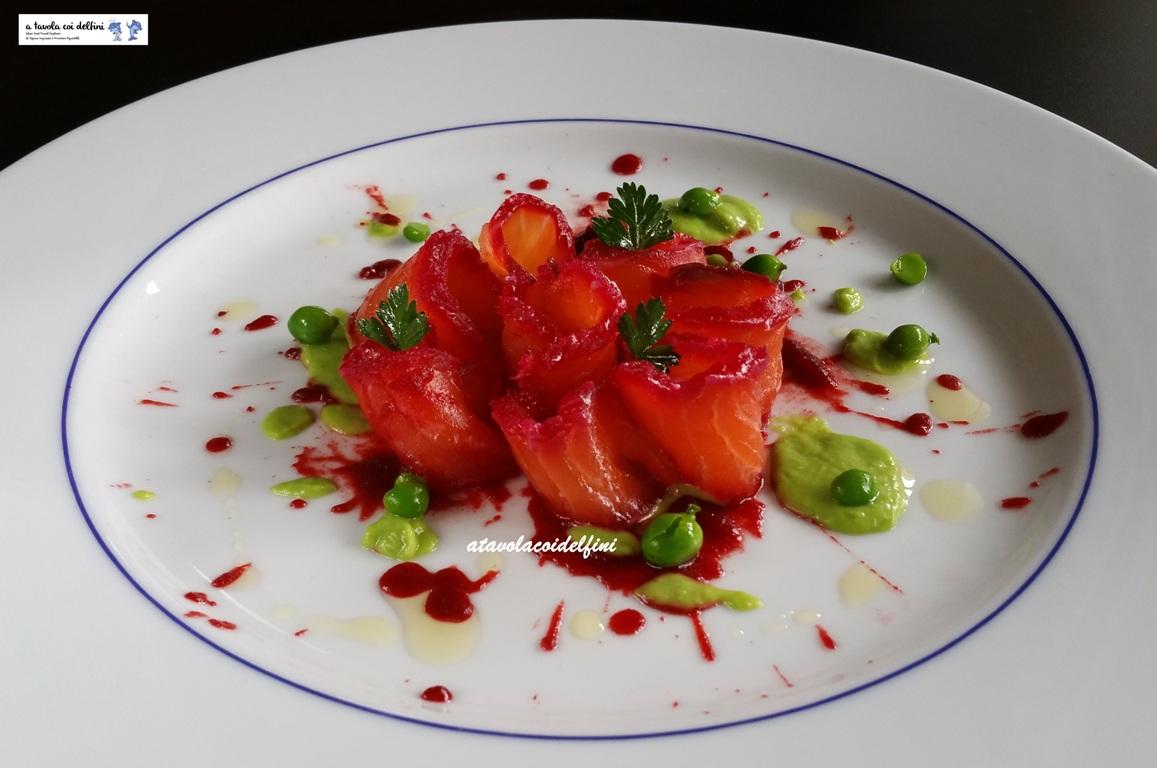 Salmone fresco marinato alle barbabietole su salsa ai piselli e olio extra vergine al timo