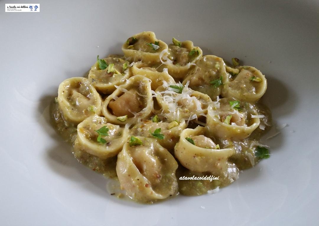 Tortelli ripieni di polpette di mortadella in salsa di pistacchi e parmigiano